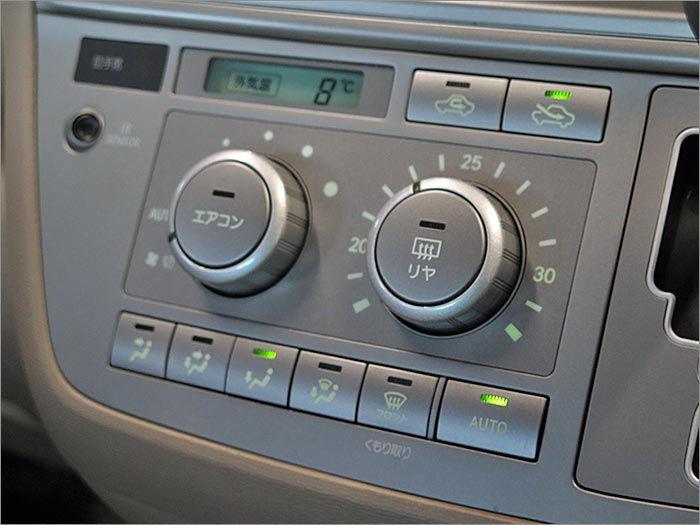 温度を調節してもらうだけで、自動的に風量を調節してくれます。運転中のよそ見が減り、安全運転に一役買ってくれます!!