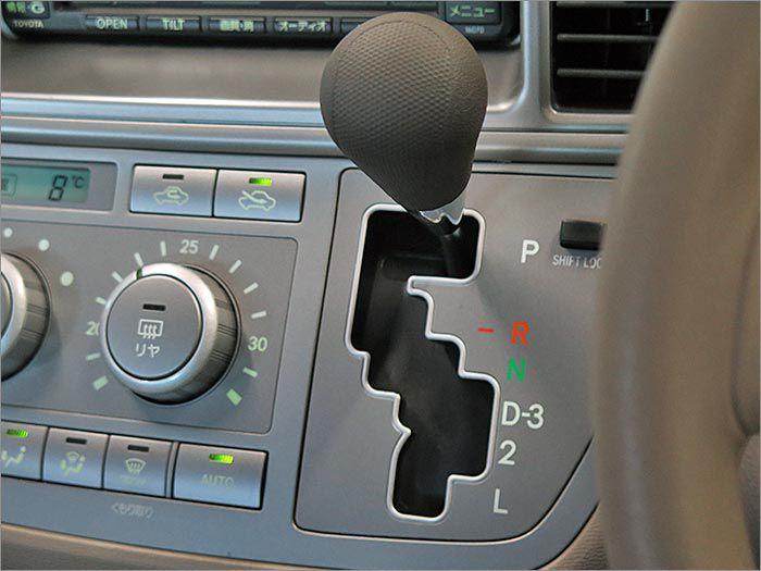 インパネシフト。レバーは操作しやすい位置に配置されています。