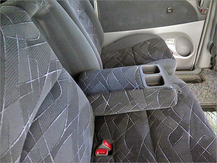 後部座席にもアームレスト装備。