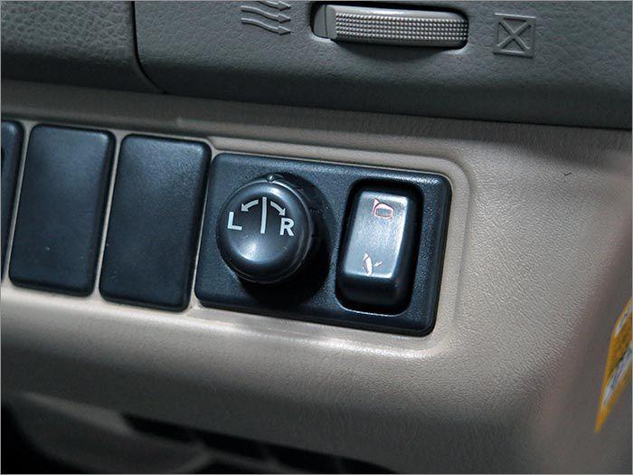 ドアミラーOK。左側のスライドドアはこちらのスイッチで開閉が可能です。