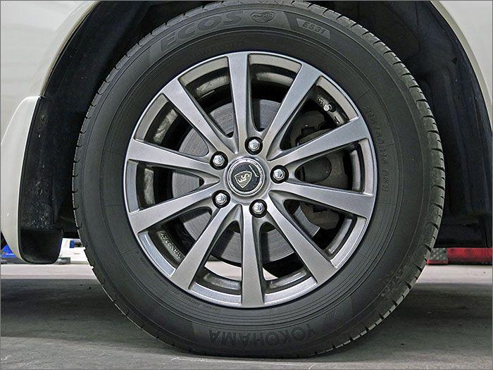 アルミホイール付き!鉄のホイールと違って軽いので燃費にも影響してきます。
