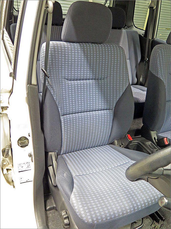 運転席シート、乗り降りの際にできるスレが少し見受けられますが、汚れ無くきれいな状態です。