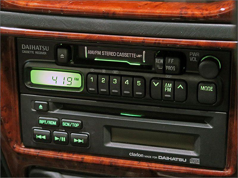 オーディオはCD、カセットテープ、ラジオが使用できます。