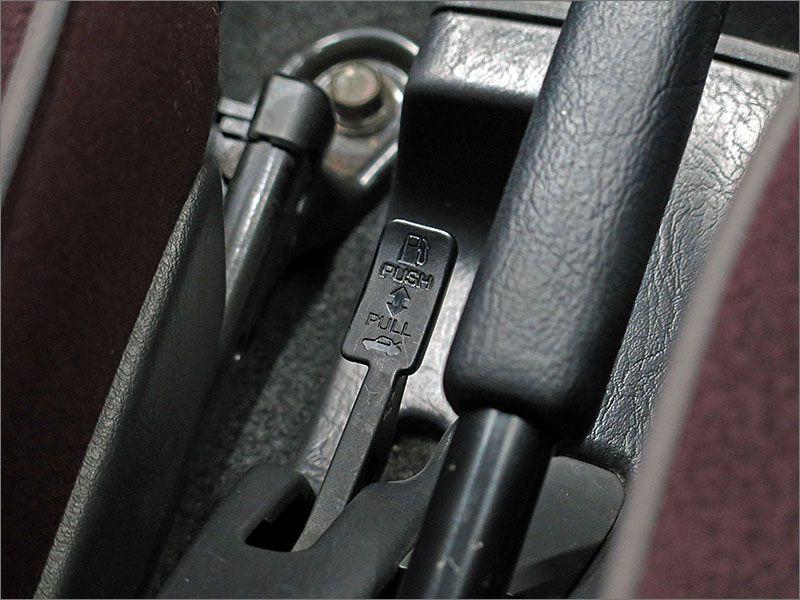 見えますか?サイドブレーキの横に小さいレバーがあります。このレバーは車内からトランクを開けるものです。