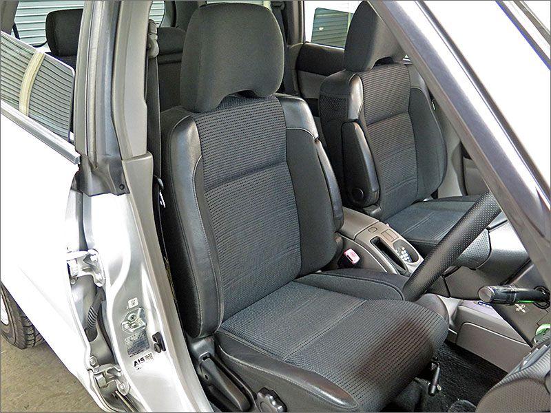 ここから室内になります。運転席シートには目立ったスレや汚れはありませんし、色あせもありません。