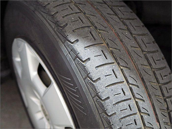 タイヤの残り溝は半分程度になりますのでこのままお乗りいただけます。