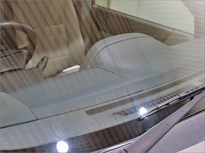 フロントガラス運転席側のデフロスタ付近に5ミリほどの飛び石の跡がございます。