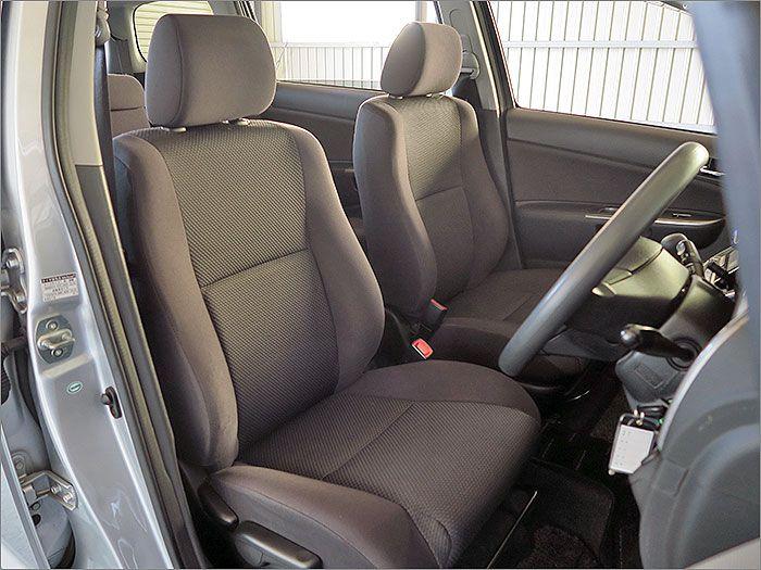 ここからは車内をご覧ください。清潔感ある車内でシートに汚れはありません。。