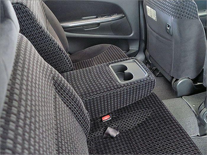 後部座席用アームレスト。
