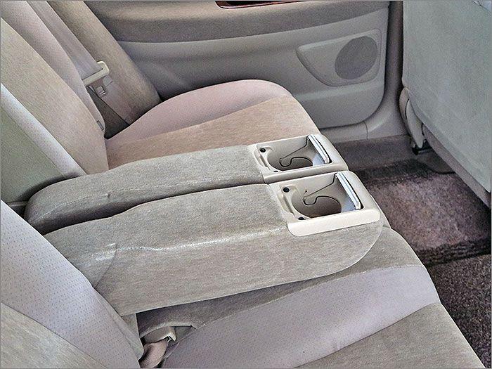 後部座席用アームレスト・ドリンクホルダー。