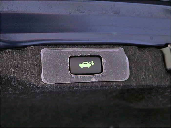 トランクは自動で開閉します。