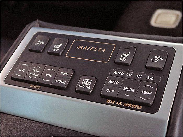 後部座席からもオーディオやエアコンの操作ができます。