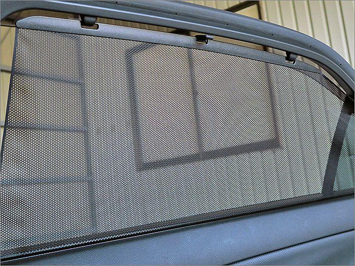 後部座席用のサンシェード。収納式です。使用するときは下から引き上げます。
