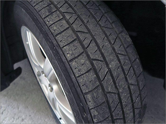 タイヤの残り溝は半分程度です。