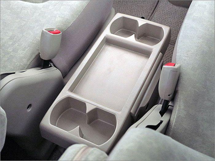 運転席と助手席の間には可倒式のテープルがあります。
