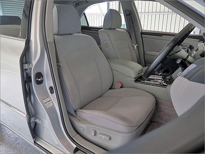 ここからは車内をご覧ください。内装色はグレーです。