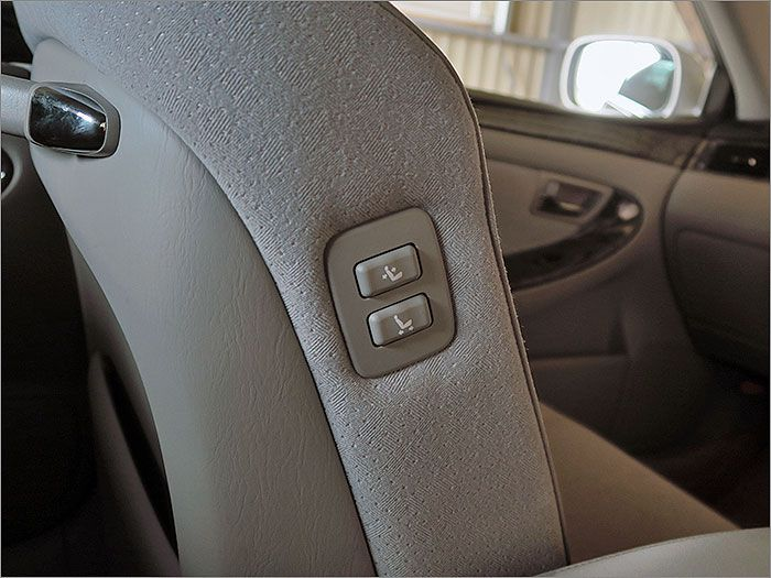 助手席側のパワーシートは運転席からも操作ができます。