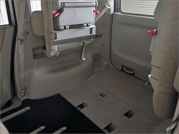 3列目のシートは跳ね上げ式となっており、大きめの荷物も簡単に積むことができます。