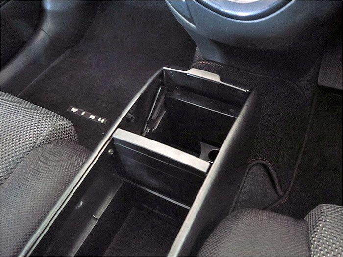運転席と助手席の間に収納ボックスがございます。