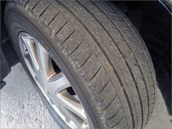 タイヤの残り溝は半分程度になります。