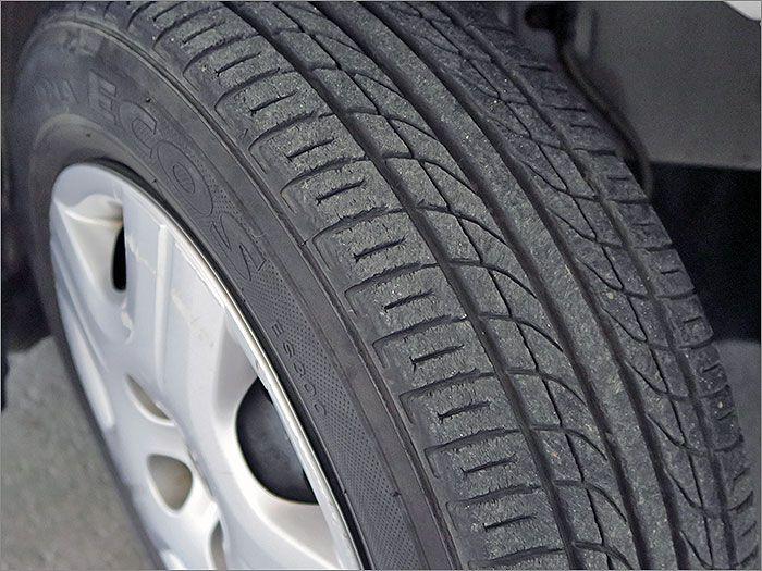 タイヤの残り溝は7分山程度になりますのでこのままお乗りいただけます。