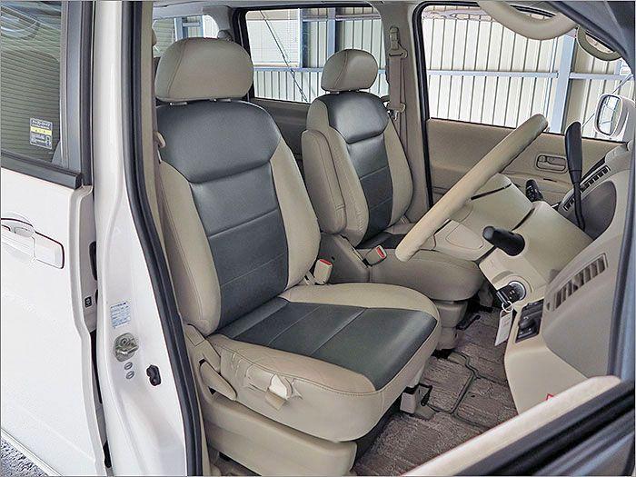 ここからは車内をご覧ください。運転席シート脇、生地切れがあります。
