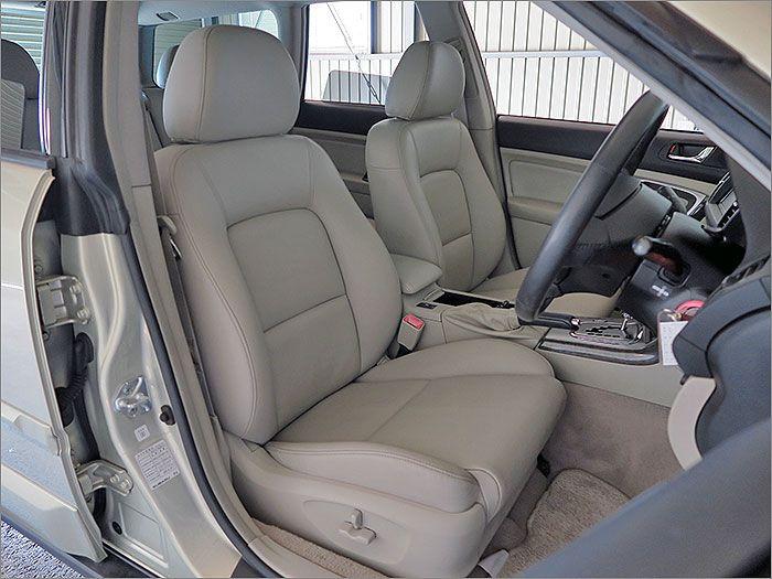 ここからは車内をご覧ください。運転席シートの状態は非常に良好です。