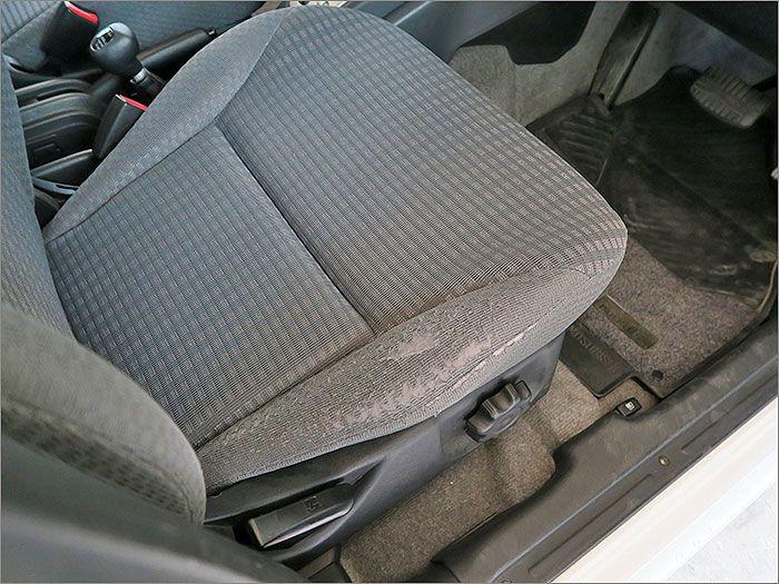 運転席シート脇、乗り降りの際にできたスレがございます。