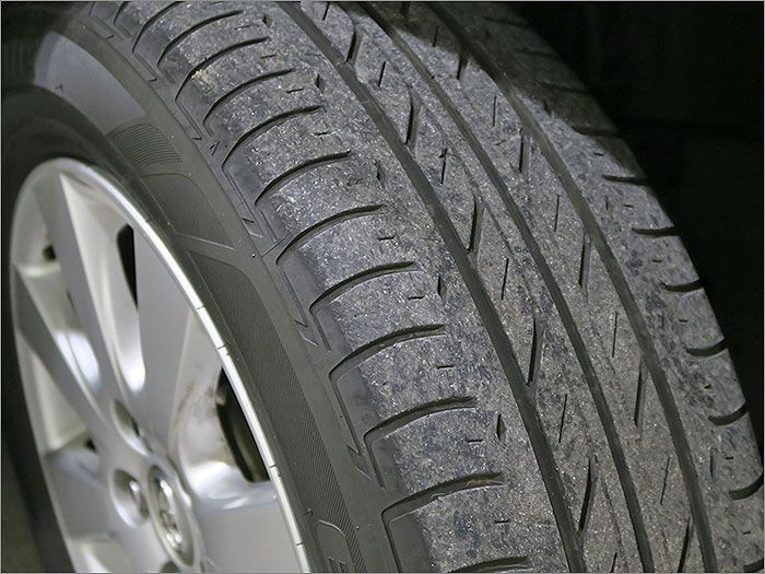 タイヤの残り溝は6分山程度になりますのでこのままお乗りいただけます。