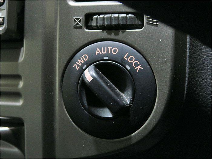 4WDの切り替えスイッチです。通常は2WDでの走行が可能です。